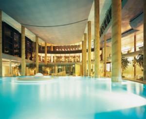 Entspannung garantiert: die Badehalle der Carolus Therme. Quelle: www.carolus-thermen.de/go/mediaservice Fotograf: Bernd Stuhlmann